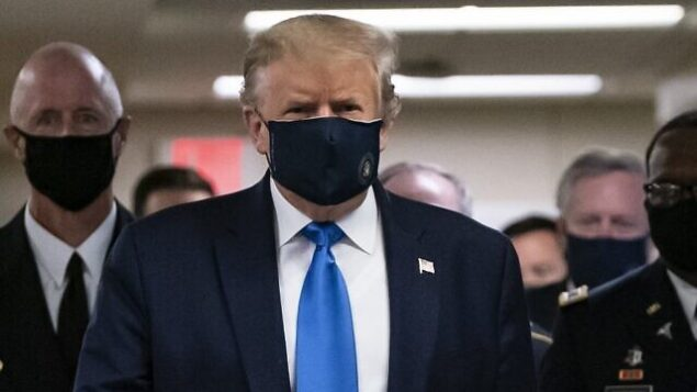 الرئيس الأمريكي دونالد ترامب يرتدي قناعا أثناء زيارته لمركز والتر ريد الطبي العسكري في بيثيسدا، ماريلاند، 11 يوليو 2020. (ALEX EDELMAN / AFP)