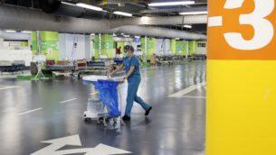 مسعفة تعمل في موقف سيارات تحت الأرض في مركز رامبام للرعاية الصحية في حيفا، والذي تم تحويله إلى مركز للعناية المركزة لمرضى فيروس كورونا، 23 سبتمبر 2020. (Jack Guez / AFP)