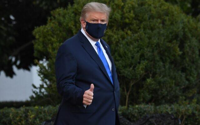 الرئيس الأمريكي دونالد ترامب يسير إلى مروحية مارين وان قبل مغادرته الحديقة الجنوبية للبيت الأبيض في واشنطن العاصمة، بينما يتوجه إلى مركز والتر ريد الطبي العسكري، بعد أن ثبتت إصابته بكوفيد-19، 2 أكتوبر 2020 (SAUL LOEB / AFP)