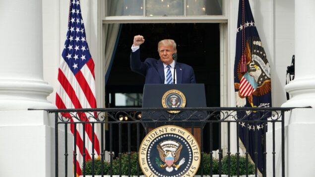 الرئيس الأمريكي دونالد ترامب يحيي مؤيديه بعد التحدث عن القانون والنظام من الرواق الجنوبي للبيت الأبيض في واشنطن العاصمة، 10 أكتوبر 2020 (MANDEL NGAN / AFP)