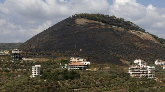 صورة التقطت في 11 أكتوبر 2020، تظهر أحد التلال المحروقة بسبب حرائق الغابات في ريف مدينة طرطوس غربي سوريا (LOUAI BESHARA / AFP)