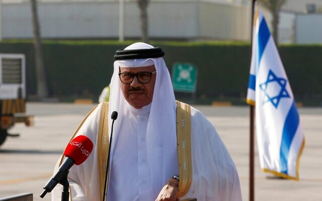 وزير الخارجية البحريني عبد اللطيف الزياني يلقي بيانا لدى وصول وفد أمريكي-إسرائيلي إلى مطار البحرين الدولي في 18 أكتوبر، 2020. (RONEN ZVULUN / POOL / AFP)