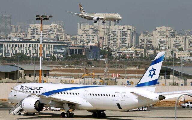 طائرة تابعة لشركة الاتحاد للطيران تقل وفدا من الإمارات العربية المتحدة في زيارة رسمية أولى، تهبط في مطار بن غوريون بالقرب من تل أبيب، 20 أكتوبر، 2020. (JACK GUEZ / AFP)