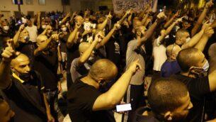متظاهرون عرب إسرائيليون يتجمعون خارج منزل السفير الفرنسي في تل أبيب، احتجاجا على تصريحات الرئيس الفرنسي إيمانويل ماكرون دفاعا عن الرسوم الكاريكاتورية للنبي محمد، 24 أكتوبر 2020 (JACK GUEZ / AFP)