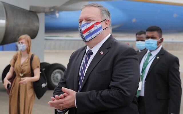وزير الخارجية الأمريكي مايك بومبيو يمشي باتجاه طائرته أثناء استعداده لمغادرة سيريلانكا، 28 أكتوبر 2020 (Eranga Jayawardena / POOL / AFP)