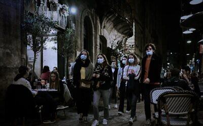 مشاة يرتدون أقنعة الوجه يمرون أمام مطاعم في بوردو، جنوب غرب فرنسا، في 29 أكتوبر 2020، قبل إغلاق وطني جديد في فرنسا بهدف الحد من انتشار جائحة كوفيد-19 (PHILIPPE LOPEZ / AFP)