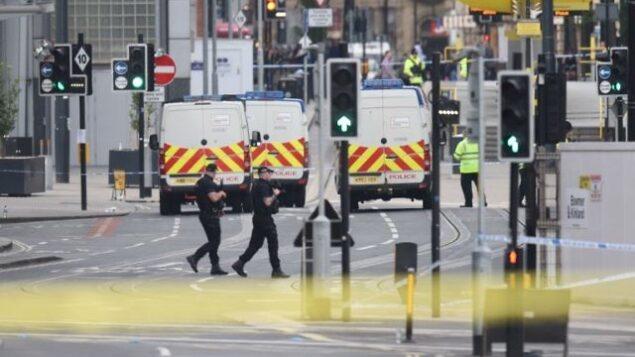 دورية للشرطة المسلحة بالقرب من مانشستر ارينا بعد هجوم انتحاري وقع في المكان في مدينة مانشستر، شمال غرب انجلترا، 23 مايو، 2017. (AFP / Oli SCARFF)