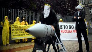 نشطاء 'الحملة الدوليّة للقضاء على الأسلحة النوويّة' يرتدون أقنعة الرئيس الأمريكي دونالد ترامب (يمين) وزعيم كوريا الشمالية كيم جونغ أون، أثناء مظاهرة أمام السفارة الأمريكية في برلين، 13 سبتمبر 2017 (AFP / dpa / Britta Pedersen)