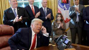 الرئيس دونالد ترامب يتحدث مع رئيس الوزراء الإسرائيلي بنيامين نتنياهو عبر الهاتف حول اتفاقية سلام بين السودان وإسرائيل، في المكتب البيضاوي، 23 أكتوبر، 2020، في واشنطن العاصمة. الرئيس ترامب عن توصل السودان وإسرائيل إلى اتفاق تطبيع. (Win McNamee/Getty Images/AFP)