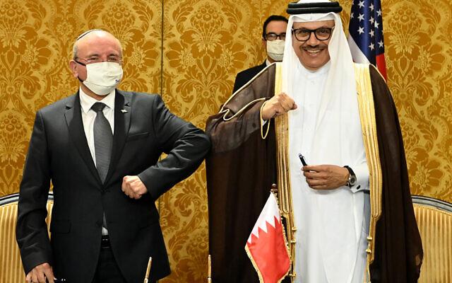 وزير الخارجية البحريني عبد اللطيف بن راشد الزياني ومستشار الأمن القومي الإسرائيلي مئير بن شبات ، في مراسم توقيع اتفاقية سلام بين إسرائيل والبحرين، في المنامة، 18 أكتوبر، 2020. (Matty Stern/US Embassy Jerusalem)
