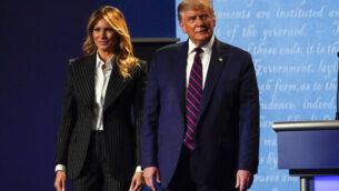 الرئيس الأمريكي دونالد ترامب يقف على المسرح مع السيدة الأولى ميلانيا ترامب بعد المناظرة الرئاسية الأولى مع المرشح الديمقراطي للرئاسة جو بايدن ، 29 سبتمبر 2020 ، في جامعة 'كيس ويسترن' و'كليفلاند كلينك'، في كليفلاند بولاية أوهايو. (AP Photo / Julio Cortez)