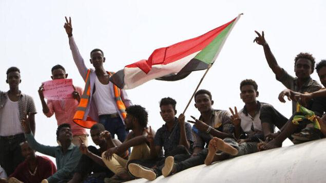 سودانيين مؤيدين للديمقراطية يحتفلون باتفاق نهائي لتقاسم السلطة مع المجلس العسكري الحاكم، 17 أغسطس 2019، في العاصمة الخرطوم. (AP Photo)