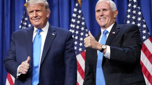 الرئيس الأمريكي دونالد ترامب ونائبه مايك بنس يقفان على المنصة خلال اليوم الأول من المؤتمر الوطني للحزب الجمهوري لعام 2020 في شارلوت، نورث كارولاينا، 24 أغسطس 2020 (AP Photo / Andrew Harnik)