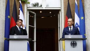 وزير الخارجية الألماني هايكو ماس (إلى اليمين) ووزير الخارجية غابي أشكنازي يحضران مؤتمرا صحفيا أمام فيلا ليبرمان في بحيرة وانسي بالعاصمة الألمانية برلين ، 27 أغسطس، 2020. (Michele Tantussi / Pool Photo via AP)