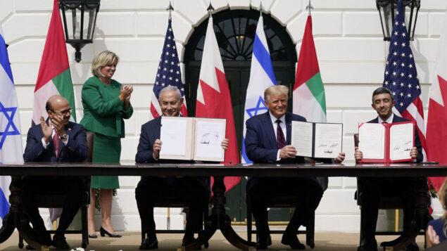 الرئيس الأمريكي دونالد ترامب، وسط الصورة ، مع (من اليسار)، وزير خارجية البحرين عبد اللطيف الزياني، ورئيس الوزراء الإسرائيلي بنيامين نتنياهو، ووزير خارجية الإمارات عبد الله بن زايد آل نهيان، خلال مراسم التوقيع على 'اتفاقية  إبراهيم' في الحديقة الجنوبية للبيت الأبيض، 15 سبتمبر، 2020، في واشنطن. (Alex Brandon/AP)
