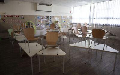 فصل دراسي خال في مدرسة ابتدائية بعد أن أغلقت إسرائيل المدارس قبل فرض إغلاق كامل في جميع أنحاء البلاد لوقف انتشار فيروس كورونا في تل أبيب، الخميس، 17 سبتمبر، 2020. (AP Photo / Sebastian Scheiner)