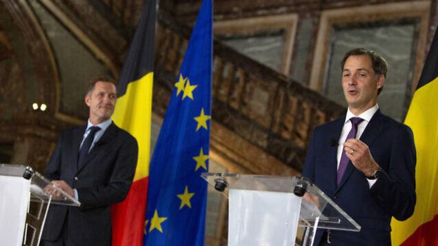 وزير التعاون والتنمية والمالية البلجيكي، ألكسندر دي كرو، من اليمين، ورئيس الحزب الاشتراكي البلجيكي الناطق بالفرنسي ، بول ماجنيت يحضران مؤتمرا صحفيا ي قصر 'إيغمونت' في بروكسل، 30 سبتمبر ،2020. بعد حوالي 500 يوم من الانتخابات البرلمانية البلجيكية، اتفقت سبعة أحزاب من كلا جانبي الخريطة السياسية على تشكيل حكومة أغلبية تعمل بكامل طاقتها تركز على التعامل مع وباء كورونا وتأثيره الاقتصادي المدمر. (AP Photo / Virginia Mayo)