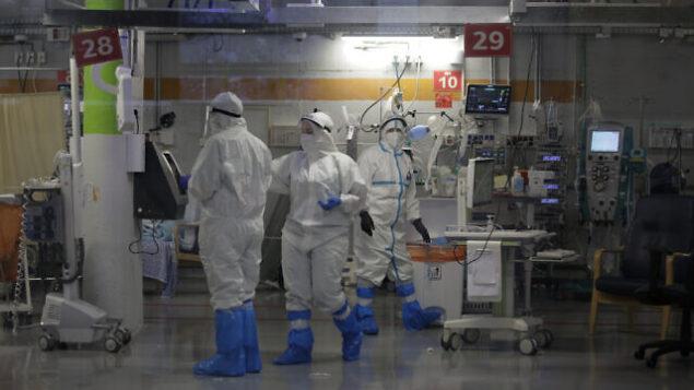 طواقم طبية في زي وقائي يعملون في وحدة العناية المركزة الخاصة بالكورونا، والتي تم بناؤها قي موقف سيارات تحت الأرض في مركز شيبا الطبي برمات غان، في 20 سبتمبر، 2020، وسط الارتفاع الحاد في عدد الإصابات بكوفيد-19. (AP Photo/Maya Alleruzzo)