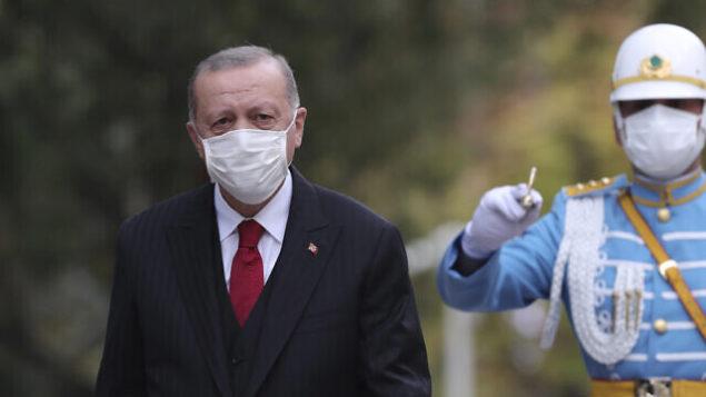 الرئيس التركي رجب طيب أردوغان يتفقد حرس الشرف العسكري في البرلمان، في العاصمة التركية أنقرة، 1 أكتوبر 2020. (Turkish Presidency via AP. Pool)