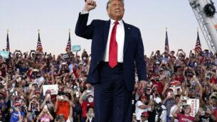 الرئيس الأمريكي دونالد ترامب يصل إلى تجمع انتخابي في مطار أورلاندو سانفورد الدولي، في سانفورد، فلوريدا، 12 أكتوبر 2020 (AP / Evan Vucci)