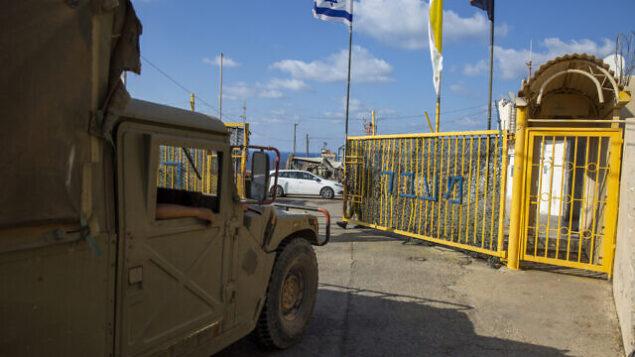 جندي إسرائيلي يفتح بوابات معبر 'راس الناقورة' الحدودي بين إسرائيل ولبنان في شمال إسرائيل، 14 أكتوبر، 2020. (Ariel Schalit / AP)