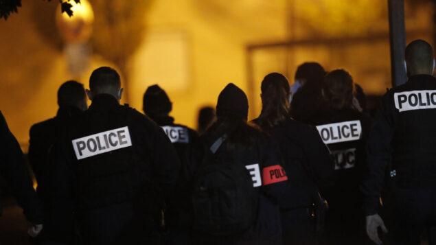 ضباط الشرطة الفرنسية يتجمعون خارج مدرسة ثانوية بعد أن تم قطع رأس مدرس تاريخ فتح نقاشًا مع الطلاب حول الرسوم الكاريكاتورية للنبي محمد، في كونفلانس سانت أونورين، شمال باريس، 16 أكتوبر 2020(AP Photo/Michel Euler)