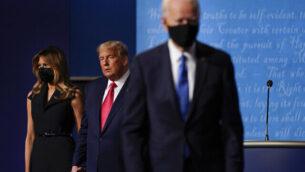 السيدة الأولى ميلانيا ترامب، يسار، والرئيس الأمريكي دونالد ترامب، وسط، لا يزالان على المسرح بينما ينسحب المرشح الديمقراطي للرئاسة، نائب الرئيس السابق جو بايدن، يمين، في ختام المناظرة الرئاسية الثانية والأخيرة، في جامعة بلمونت في ناشفيل، تينيسي، 22 أكتوبر 2020 (AP Photo / Julio Cortez)