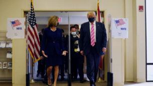 الرئيس الأمريكي دونالد ترامب يسير مع ويندي سارتوري لينك، المشرفة على الانتخابات في مقاطعة بالم بيتش، بعد الإدلاء بصوته في الانتخابات الرئاسية، في ويست بالم بيتش، فلوريدا، 24 أكتوبر 2020 (AP Photo / Evan Vucci)