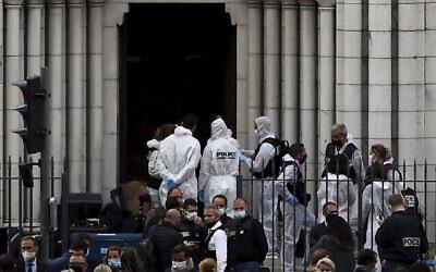 عناصر الشرطة والطب الشرعي يعملون في موقع هجوم طعن أمام كنيسة نوتردام دي نيس في نيس، فرنسا، 29 أكتوبر 2020 (Daniel Cole / AP)