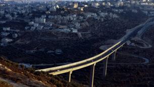 منظر من مستوطنة هار جيلو الإسرائيلية لشارع 60، مع قرية بيت جالا بالضفة الغربية في الخلفية (Abir Sultan / Flash 90)