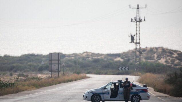 صورة توضيحية: سيارة تابعة للشرطة العسكرية تغلق الطريق المؤدية إلى شاطئ زيكيم بعد إغلاقه أمام الزوار، بسبب تصاعد إطلاق الصواريخ من قطاع غزة باتجاه جنوب إسرائيل، 14 يوليو 2018 (Hadas Parush / Flash90)