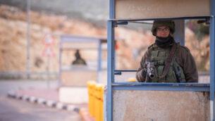 صورة توضيحية: جنود إسرائيليون يحرسون في محطة حافلات بالقرب من مستوطنة كوخاف هشاحار في الضفة الغربية، 6 يناير 2019 (Yonatan Sindel / Flash90)