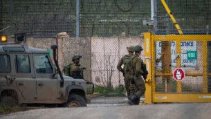 صورة توضيحية: جنود إسرائيليون يحرسون الجانب الإسرائيلي من معبر القنيطرة، على الحدود الإسرائيلية السورية، في مرتفعات الجولان، 23 مارس 2019 (Basel Awidat / Flash90)