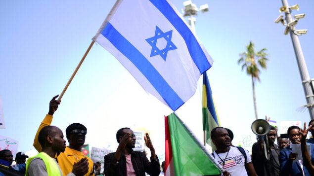 سودانيون يتظاهرون دعما لشعبهم في السودان، جنوب تل أبيب، 13 أبريل، 2019. (Tomer Neuberg / Flash90)