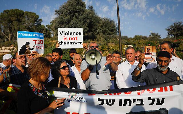 أفراد من المجتمع العربي الإسرائيلي يتظاهرون ضد العنف والجريمة المنظمة وأعمال القتل الأخيرة في بلداتهم، أمام مكتب رئيس الوزراء في القدس، 10 أكتوبر، 2019. (Yonatan Sindel / Flash90)