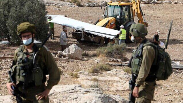 إسرائيل تهدم منزلا بني بدون ترخيص في بلدة يطا بالضفة الغربية، 11 أغسطس، 2020. (Wisam Hashlamoun / Flash90)
