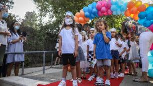 ئيس بلدية القدس يلتقي بتوأمين إسرائيليين  في أول يوم لهما في الصف الأول في مدرسة في القدس، 1 سبتمبر، 2020. (Noam Revkin Fenton / Flash90)