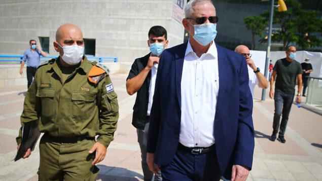 وزير الدفاع بيني غانتس يتحدث إلى جنود قيادة الجبهة الداخلية للجيش الإسرائيلي خلال زيارة في مدينة أشدود جنوب إسرائيل، 14 سبتمبر، 2020. (FLASH90)