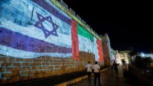أعلام البحرين، الإمارات العربية المتحدة واسرائيل على جدران البلدة القديمة في القدس، 15 سبتمبر 2020. (Yonatan Sindel / Flash90)