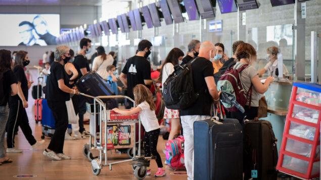 مسافرون في مطار بن غوريون الدولي، 24 سبتمبر 2020 (Avshalom Sassoni / Flash90)