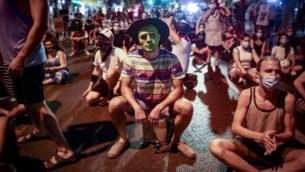 متظاهرون يسدون طريقا أثناء مظاهرة ضد رئيس الوزراء بنيامين نتنياهو في تل أبيب، 30 سبتمبر، 2020. (Miriam Alster / Flash90)