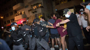 إسرائيليون يتظاهرون ضد رئيس الوزراء بنيامين نتنياهو في ساحة هابيما في تل أبيب، 3 أكتوبر، 2020. (Miriam Alster / Flash90)