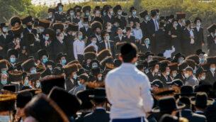 إسرائيليون يهود متشددون يشاركون في جنازة حاخام بيتسبرغ مردخاي لايفر في مدينة أشدود، 5 أكتوبر 2020 (Flash90)