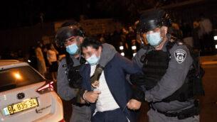الشرطة تعتقل متظاهرا خلال مسيرة ضد تطبيق قوانين الطوارئ المتعلقة بفيروس كورونا، خارج حي مئة شعاريم الحريدي،  في القدس، 5 أكتوبر، 2020. (Yonatan Sindel / Flash90)