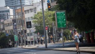 طريق فارغ في تل أبيب، خلال إغلاق في جميع أنحاء البلاد بسبب فيروس كورونا، 8 أكتوبر 2020 (Miriam Alster/Flash90)
