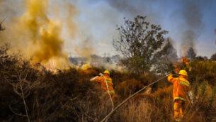 رجال الإطفاء يكافحون ألسنة اللهب بالقرب من مستوطنة كفار هأورانيم في الضفة الغربية، 9 أكتوبر، 2020. (Yossi Aloni / Flash90)