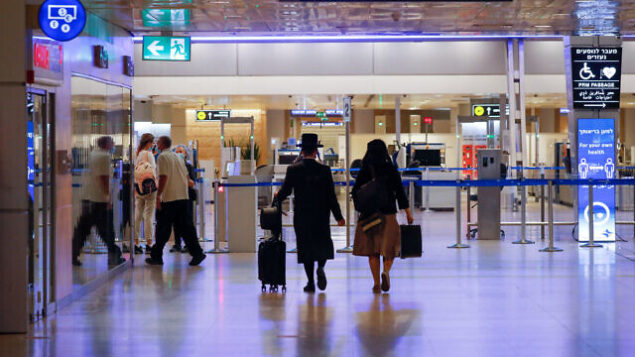 مسافرون في مطار بن غوريون الدولي، خلال إغلاق شامل، 12 أكتوبر، 2020. (Olivier Fitoussi / FLASH90)