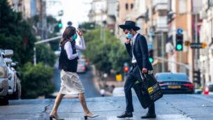 صورة توضيحية: يهود متشددون يمشون في بني براك، خلال إغلاق على مستوى البلاد لمنع انتشار كوفيد-19، 14 أكتوبر 2020 (Yossi Aloni / Flash90)