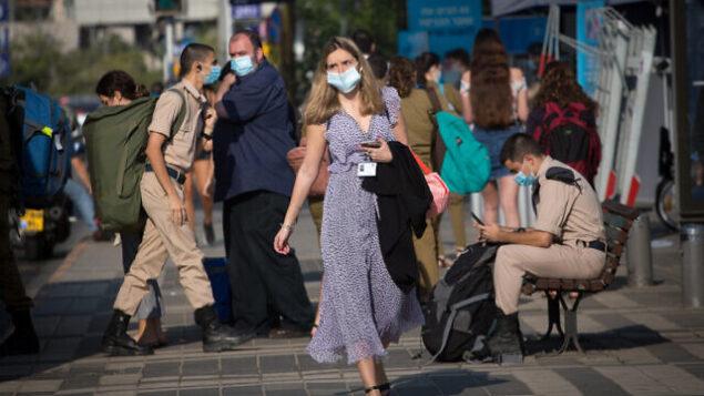 إسرائيليون يرتدون كمامات في تل أبيب، 18 أكتوبر، 2020. (Miriam Alster / FLASH90)
