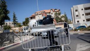 الشرطة عند حاجز مؤقت في مدخل حي رمات شلومو في القدس لمنع انتشار فيروس كورونا ، 18 أكتوبر، 2020. (Yonatan Sindel / Flash90)